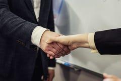 Επιχειρηματίες που τινάζουν τα χέρια, που τελειώνουν επάνω μια συνεδρίαση, επιχείρηση Π Στοκ Φωτογραφία