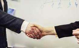 Επιχειρηματίες που τινάζουν τα χέρια, που τελειώνουν επάνω μια συνεδρίαση, επιχείρηση Π Στοκ Εικόνες