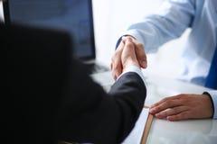Επιχειρηματίες που τινάζουν τα χέρια, που τελειώνουν επάνω μια συνεδρίαση Στοκ Εικόνες