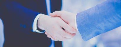 Επιχειρηματίες που τινάζουν τα χέρια, που τελειώνουν επάνω μια συνεδρίαση Στοκ εικόνες με δικαίωμα ελεύθερης χρήσης