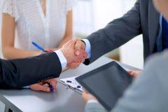 Επιχειρηματίες που τινάζουν τα χέρια, που τελειώνουν επάνω το α Στοκ Εικόνα