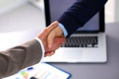 Επιχειρηματίες που τινάζουν τα χέρια, που τελειώνουν επάνω το α Στοκ φωτογραφία με δικαίωμα ελεύθερης χρήσης