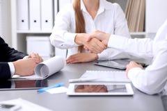 Επιχειρηματίες που τινάζουν τα χέρια στη συνεδρίαση Clouse επάνω της χειραψίας Στοκ Εικόνα