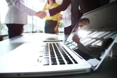 Επιχειρηματίες που τινάζουν τα χέρια, που τελειώνουν επάνω μια συνεδρίαση Στοκ Φωτογραφία