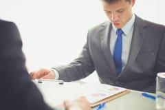 Επιχειρηματίες που τινάζουν τα χέρια, που τελειώνουν επάνω μια συνεδρίαση διάνυσμα ανθρώπων επιχειρησιακής απεικόνισης jpg Στοκ Εικόνες