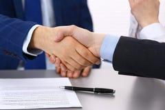 Επιχειρηματίες που τινάζουν τα χέρια, που τελειώνουν επάνω μια υπογραφή εγγράφων Συνεδρίαση, σύμβαση και έννοια διαβούλευσης δικη στοκ φωτογραφία με δικαίωμα ελεύθερης χρήσης