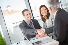 Επιχειρηματίες που τινάζουν τα χέρια στοκ εικόνες