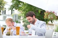 Επιχειρηματίες που τρώνε τα τρόφιμα στο υπαίθριο εστιατόριο Στοκ Εικόνες