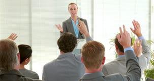 Επιχειρηματίες που υποβάλλουν την ερώτηση κατά τη διάρκεια της συνεδρίασης απόθεμα βίντεο