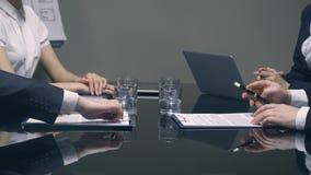Επιχειρηματίες που υπογράφουν τις συμβάσεις και που τινάζουν τα χέρια απόθεμα βίντεο