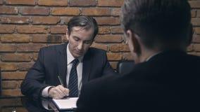 Επιχειρηματίες που υπογράφουν τις συμβάσεις και που τινάζουν τα χέρια φιλμ μικρού μήκους