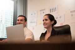 Επιχειρηματίες που χαμογελούν με την εργασία Στοκ εικόνες με δικαίωμα ελεύθερης χρήσης
