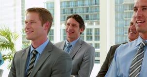 Επιχειρηματίες που χαμογελούν κατά τη διάρκεια της διάσκεψης απόθεμα βίντεο