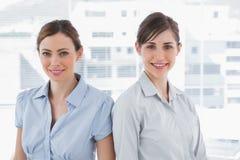 Επιχειρηματίες που χαμογελούν στη κάμερα Στοκ Εικόνες