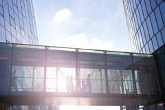 Επιχειρηματίες που χρησιμοποιούν μια μετάβαση ενός σύγχρονου κτιρίου γραφείων Στοκ Φωτογραφία