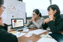 Επιχειρηματίες που χρησιμοποιούν τη συνεδρίαση των lap-top υπολογιστών Στοκ φωτογραφία με δικαίωμα ελεύθερης χρήσης