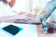 Επιχειρηματίες που χρησιμοποιούν τις σε απευθείας σύνδεση αγορές και το εικονίδιο πληρωμών υπολογιστών Στοκ εικόνες με δικαίωμα ελεύθερης χρήσης