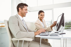 Επιχειρηματίες που χρησιμοποιούν τον υπολογιστή στην αρχή Στοκ Φωτογραφία