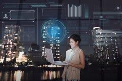 Επιχειρηματίες που χρησιμοποιούν τον υπολογιστή με την ψηφιακή εικονική οθόνη στοκ φωτογραφία με δικαίωμα ελεύθερης χρήσης