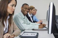 Επιχειρηματίες που χρησιμοποιούν τους υπολογιστές στην τάξη Στοκ εικόνα με δικαίωμα ελεύθερης χρήσης