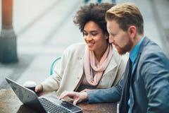 Επιχειρηματίες που χρησιμοποιούν το lap-top σε υπαίθριο Στοκ Εικόνα