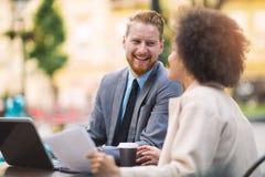 Επιχειρηματίες που χρησιμοποιούν το lap-top σε υπαίθριο Στοκ Εικόνες
