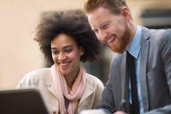 Επιχειρηματίες που χρησιμοποιούν το lap-top σε υπαίθριο Στοκ εικόνες με δικαίωμα ελεύθερης χρήσης
