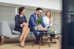 Επιχειρηματίες που χρησιμοποιούν το lap-top στον πίνακα διασκέψεων στοκ φωτογραφία με δικαίωμα ελεύθερης χρήσης