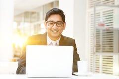 Επιχειρηματίες που χρησιμοποιούν το PC lap-top στον καφέ Στοκ Εικόνες