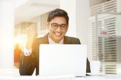 Επιχειρηματίες που χρησιμοποιούν το PC lap-top στον υπαίθριο καφέ Στοκ Εικόνα