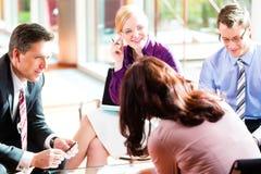Επιχειρηματίες που διοργανώνουν τη συνεδρίαση στην αρχή Στοκ Φωτογραφίες