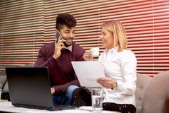 Επιχειρηματίες σε έναν καφέ κατανάλωσης καφέδων και να κάνει την εργασία Στοκ φωτογραφία με δικαίωμα ελεύθερης χρήσης