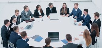 Επιχειρηματίες σε μια αίθουσα συνδιαλέξεων Στοκ φωτογραφία με δικαίωμα ελεύθερης χρήσης