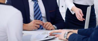 Επιχειρηματίες σε μια συνεδρίαση στο γραφείο Εστίαση στο κύριο άτομο υπογράφοντας τη σύμβαση ή τα οικονομικά έγγραφα Στοκ φωτογραφία με δικαίωμα ελεύθερης χρήσης