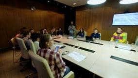 Επιχειρηματίες σε μια συνεδρίαση στο συνέδριο χειμερινών ποδηλάτων φιλμ μικρού μήκους