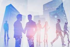 Επιχειρηματίες στην έξυπνη πόλη στοκ εικόνες με δικαίωμα ελεύθερης χρήσης