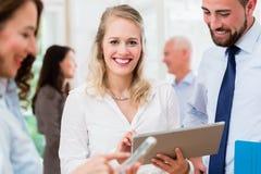 Επιχειρηματίες στην αρχή διοργανώνοντας τη συνεδρίαση Στοκ Εικόνα