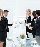 Επιχειρηματίες στην παρουσίαση στην αρχή Στοκ εικόνες με δικαίωμα ελεύθερης χρήσης