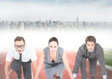 Επιχειρηματίες στη γραμμή έναρξης ενάντια στο μουτζουρωμένο ορίζοντα Στοκ Φωτογραφίες
