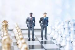Επιχειρηματίες στη σκακιέρα στοκ εικόνες