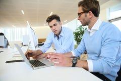 Επιχειρηματίες στη συζήτηση γραφείων Στοκ Φωτογραφία
