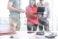 Επιχειρηματίες στη συνεδρίαση που εργάζεται στο lap-top, επίδραση ελαφριών ακτίνων Στοκ φωτογραφίες με δικαίωμα ελεύθερης χρήσης