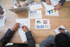 Επιχειρηματίες στη συνεδρίαση των δωματίων πινάκων Στοκ εικόνα με δικαίωμα ελεύθερης χρήσης