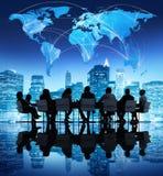Επιχειρηματίες στη σφαιρική επιχειρησιακή συνεδρίαση στοκ εικόνες με δικαίωμα ελεύθερης χρήσης