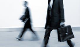 Επιχειρηματίες στη ώρα κυκλοφοριακής αιχμής που περπατούν στην οδό, στο styl Στοκ Εικόνες