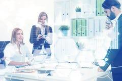 Επιχειρηματίες στον εργασιακό χώρο τους, γραφικές παραστάσεις Στοκ Φωτογραφίες