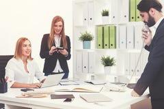 Επιχειρηματίες στον εργασιακό χώρο τους Στοκ εικόνες με δικαίωμα ελεύθερης χρήσης