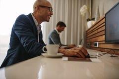 Επιχειρηματίες στον καφέ Διαδικτύου σε ένα τερματικό αερολιμένων Στοκ Εικόνα