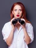 Επιχειρηματίες στο άσπρο πουκάμισο με διοφθαλμικό Στοκ Εικόνες