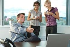 Επιχειρηματίες στο γραφείο Στοκ εικόνες με δικαίωμα ελεύθερης χρήσης